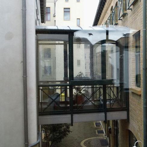 Vogelschutz- Glasübergang. W